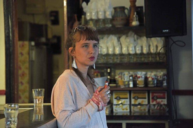 Louise Emö au bar de Chez Juliette © Claire PatrisGreen