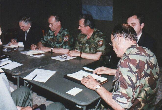 En illustration, la signature de l'accord de cessez-le-feu, à Kumanovo (en Macédoine).