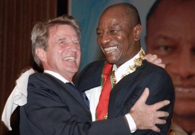 Avec Bernard Kouchner, ex-ministre des Affaires étrangères du gouvernement Sarkozy. (Cellou Diallo / AFP)