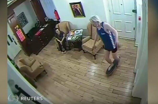 Capture d'écran d'une vidéo de Julian Assange à l'ambassade d'Équateur à Londres © Reuters