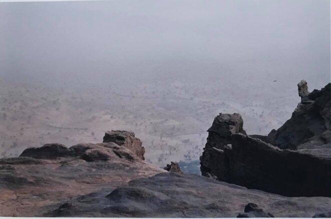 Vue sur le Burkina Faso embrumé du sommet de la falaise de Bandiagara, à proximité de Sangha