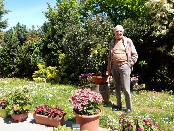 André, 93 ans, est résident de l'Ehpad Korian Les Lierres au Perreux-sur-Marne. Derrière lui, le jardin qu'il entretient tous les jours. © Caroline Pastorelli