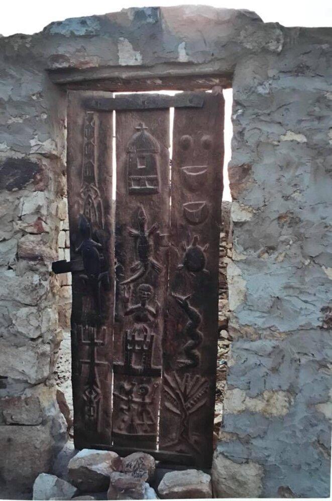 Cosmogonie dogon sur les portes des enclos et greniers à outils ou à mil.