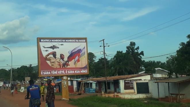 El nuevo cartel anunciando la cooperación con Rusia, en Bangui, República Centroafricana. © DR