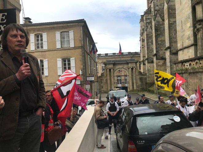 Bernard Thibault prenant la parole lors de la manifestation des fonctionnaires à Auch, le 9 mai devant la Préfecture [Photo YF]