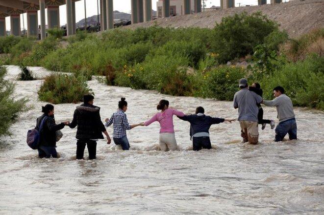 Des migrants traversant le Rio Bravo, le 11 juin 2019. © Reuters