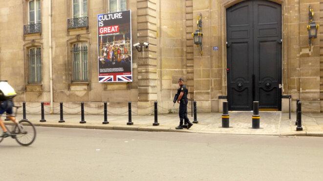 Gardien seul (pas pour longtemps) de l'ambassade de Grande Bretagne. © Basic_FreeOfUse