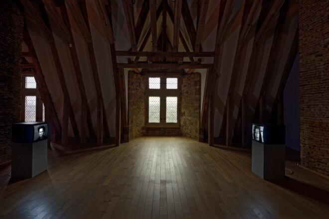 """Babette Mangolte, """"Yvonne with tape"""", vidéo, 1972, """"A film portrait of Richard Serra"""", vidéo, 1977, Spaces to SEE. Musée d'art contemporain de la Haute-Vienne, château de Rochechouart, 2019. © Babette Mangolte, Photo : Aurélien Mole"""