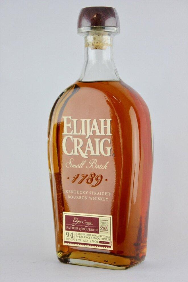 """En illustration, une bouteille du bourbon """"Elijah Craig - small batch 1789"""", produit par la distillerie Heaven Hill à Bernheim, dans le Kentucky."""