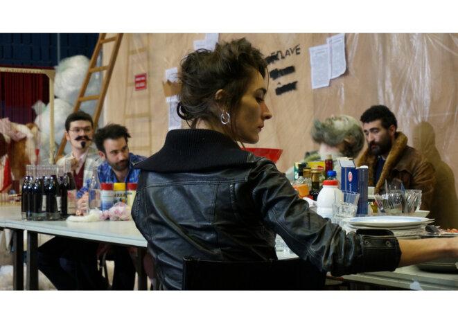 """Scène du spectacle """"Banquet capital"""" © Cie le singe"""