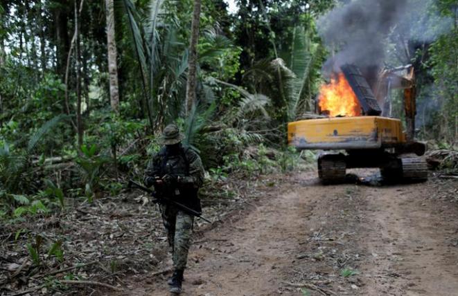 Agentes del Ibama destruyen maquinaria en una mina ilegal en un Parque Nacional cerca de Progreso de Novo, sureste del estado de Paranaense, Brasil, el 4 de noviembre de 2018. © REUTER /Ricardo Moraes