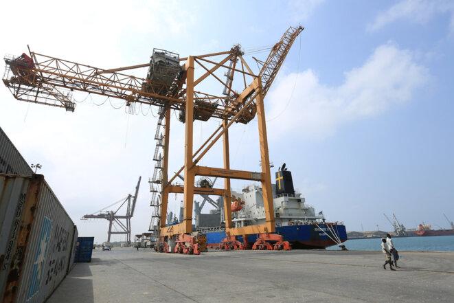 Un cargo dans le port d'Hodeida dont les grues ont été atteintes par des bombardements, en mai 2018. © Reuters