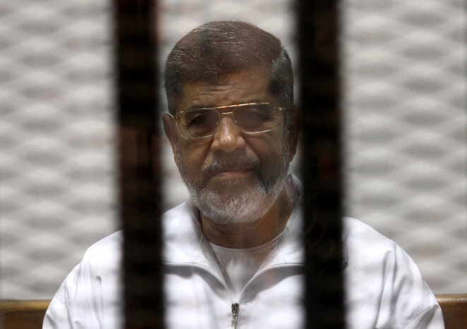 8 mai 2014. Mohamed Morsi durant son procès. © Reuters