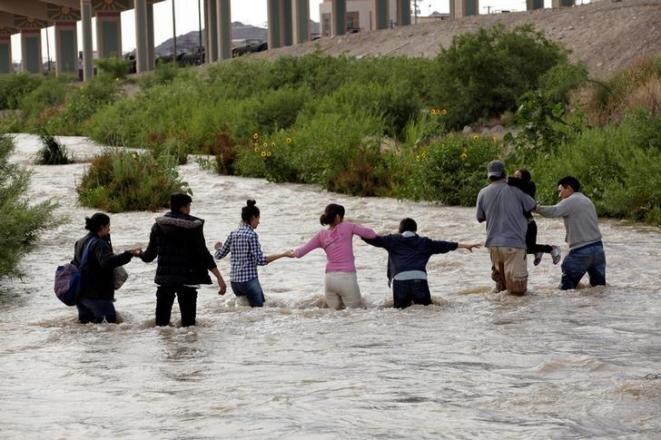 Migrantes atravesando el Río Bravo con el objetivo de llegar a Estados Unidos, el 11 de junio de 2019. © Reuters