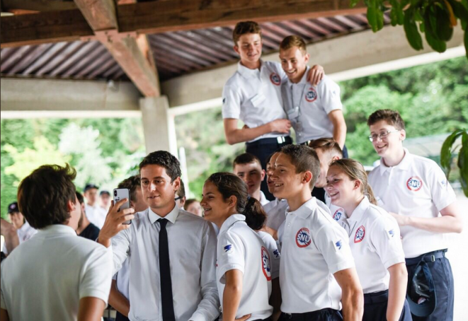 Gabriel Attal et des jeunes lors du service national universel. © @gabrielattal / Twitter