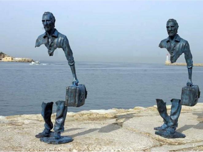 """Statues de """"voyageurs"""" de Bruno Catalano dans le cadre de « Marseille, capitale de la culture » en 2009."""