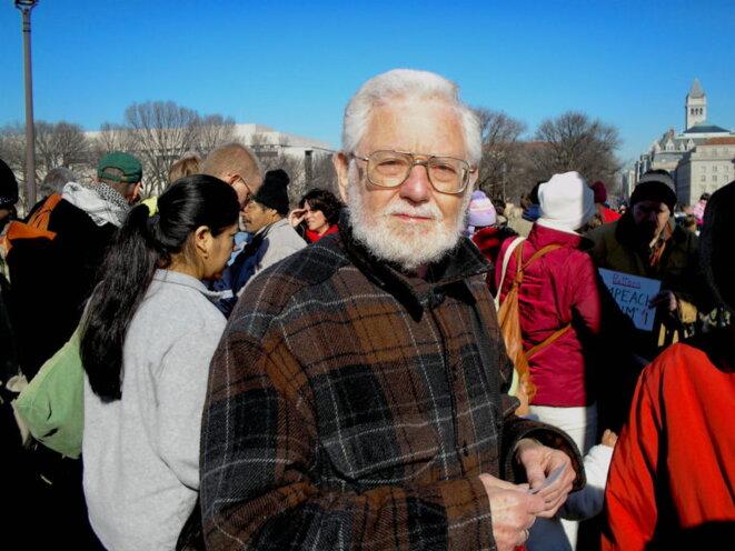 William Blum à une manifestation contre la guerre à Washington D.C., en 2007 (Thomas Good, CC BY-SA 4.0, via Wikimedia Commons)