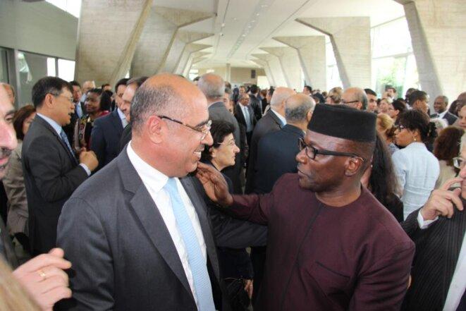 S. Exc. Monsieur Ibrahim ALBALAWI, Ambassadeur, Délégué permanent du Royaume d'Arabie Saoudite auprès de l'UNESCO en discussion avec un invité.