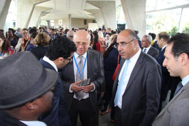 S. Exc. Monsieur Ibrahim ALBALAWI, Ambassadeur, Délégué permanent du Royaume d'Arabie Saoudite auprès de l'UNESCO, au milieu de quelques invités