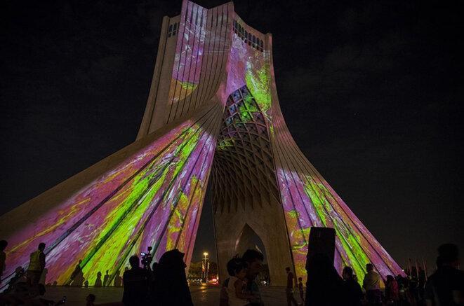 Projection monumentale sonore et visuelle du Labyrinthe du temps de Stéphane de Gérando sur la tour Azadi