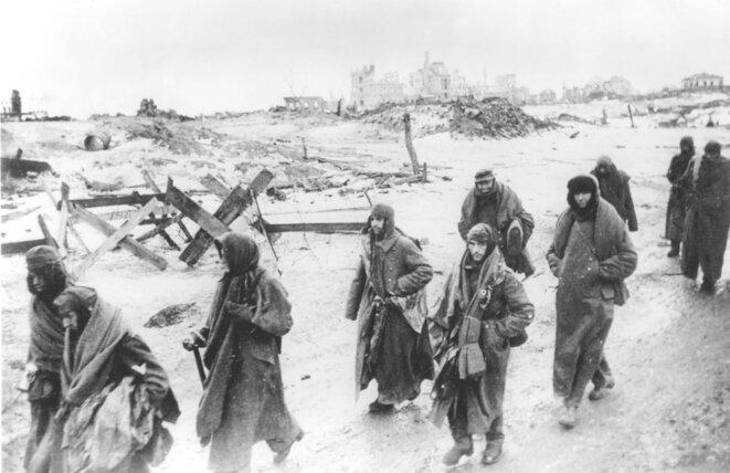Colonne de soldats allemands prisonniers : sur 90 000 hommes, 5 000 survivront. © (dr)