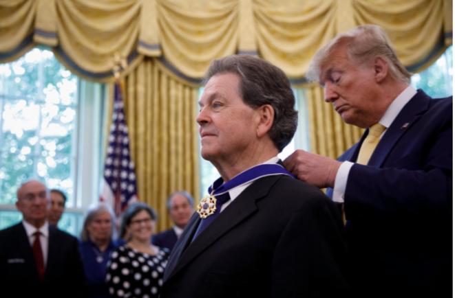 Donald Trump décore Arthur Laffer le 18 juin 2019 à la Maison Blanche. © DR