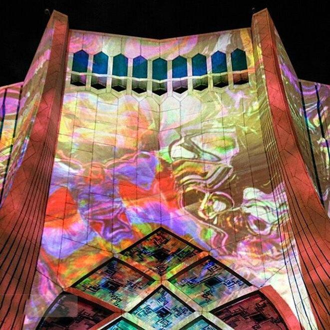 Photo du mapping du labyrinthe du temps projeté sur le haut des 45 mètres de la tour Azadi (images de synthèse haute définition et projection sonore spatialisée autour du public)