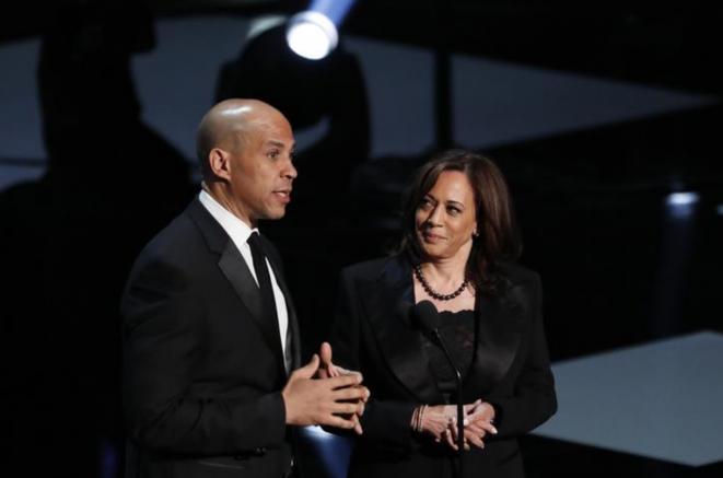 Kamala Harris y Corey Booker, el 30 de marzo de 2019, en Los Angeles. © Reuters