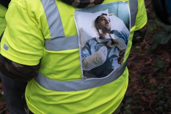 Acte 8 de la mobilisation: Un gilet jaune arbore la photo de Frédéric Roy, 35 ans qui a subi une amputation de la main suite à l'explosion d'une grenade, le 1er décembre à Bordeaux. © E.B