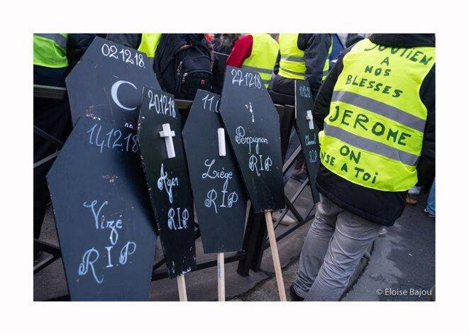 Des pancartes en mémoire des gilets jaunes décédés depuis le début de la mobilisation. Paris - 2 février 2019