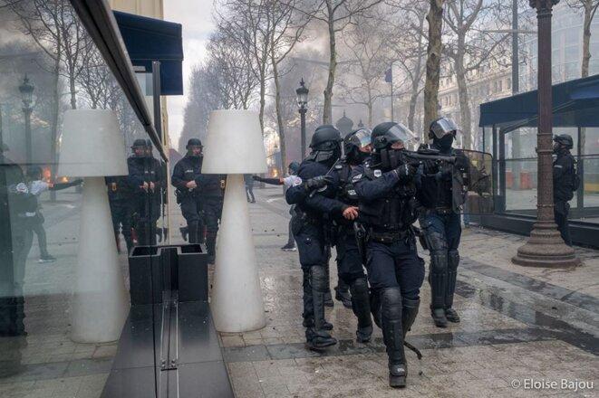 Evacuation des CSI quelques minutes après la bousculade dont a été victime le journaliste Remy Buisine. Il filmait alors des agents en train de mettre des maillots dans un sac suite au saccage de la boutique du PSG sur les Champs Elysées - Paris - 16 mars 2019 © E.B