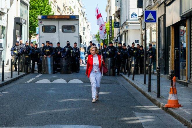 """Une militante d'attac retourne vers le cortége après un échange avec les forces de l'ordre en marge de la manifestantion dite """"la fête à Macron"""" - Paris - 5 mai 2018"""