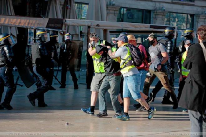 «Encore plus bizarre le petit groupe passe au milieu des CRS dans l'indifférence la plus totale...» © https://blogs.mediapart.fr/jean-marc-b/blog/240319/montpellier-policiers-casseurs-demasques-armes-de-matraque-et-marteau-photos