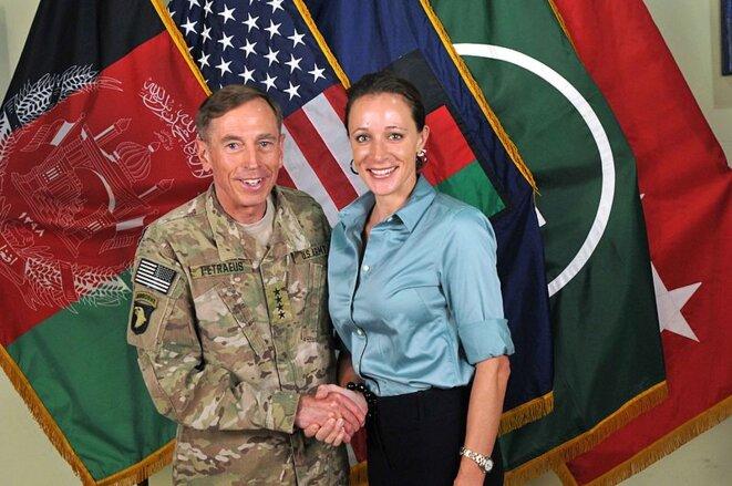 Petraeus avec sa biographe et maîtresse Paula Broadwell. (Wikimedia Commons)