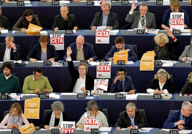 Des eurodéputés du groupe GUE/NGL, le 26 octobre 2016 à Strasbourg. © Reuters