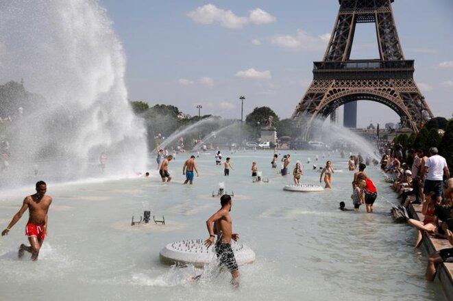 Devant la tour Eiffel à Paris, le 25 juin. © Reuters