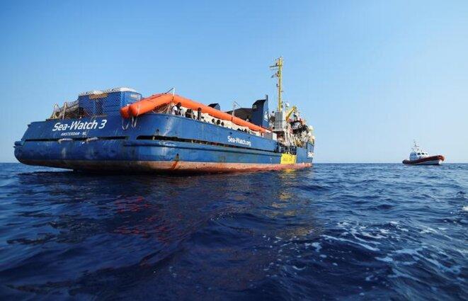 Le « Sea-Watch 3 » au large de l'île de Lampedusa, le 27 juin. © Reuters