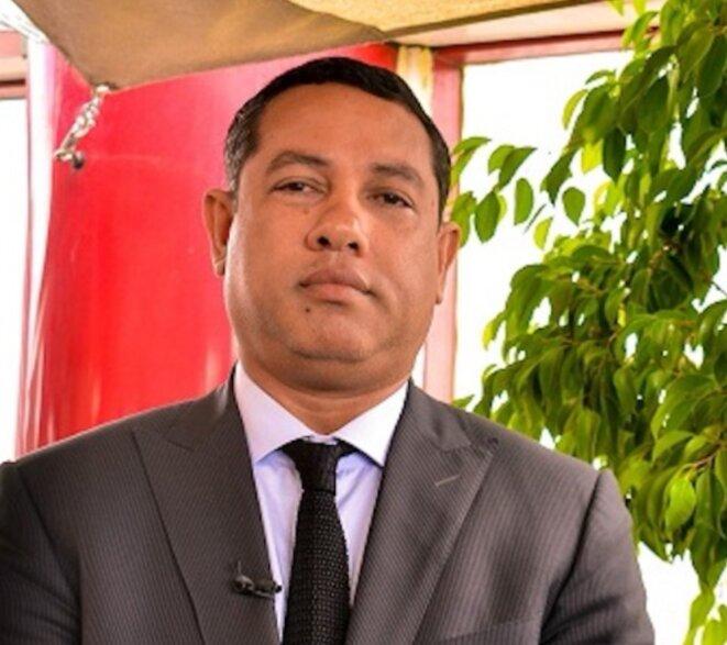 M.Ravatomanga l'incontournable proche de A.Rajoelina et vice-président de facto du pouvoir actuel, par qui passe toutes les grosses opportunités, il excelle sur les speculations en devenant le premier fournisseur et l'unique prestataire de l'Etat. Bref, un puissant épicier.