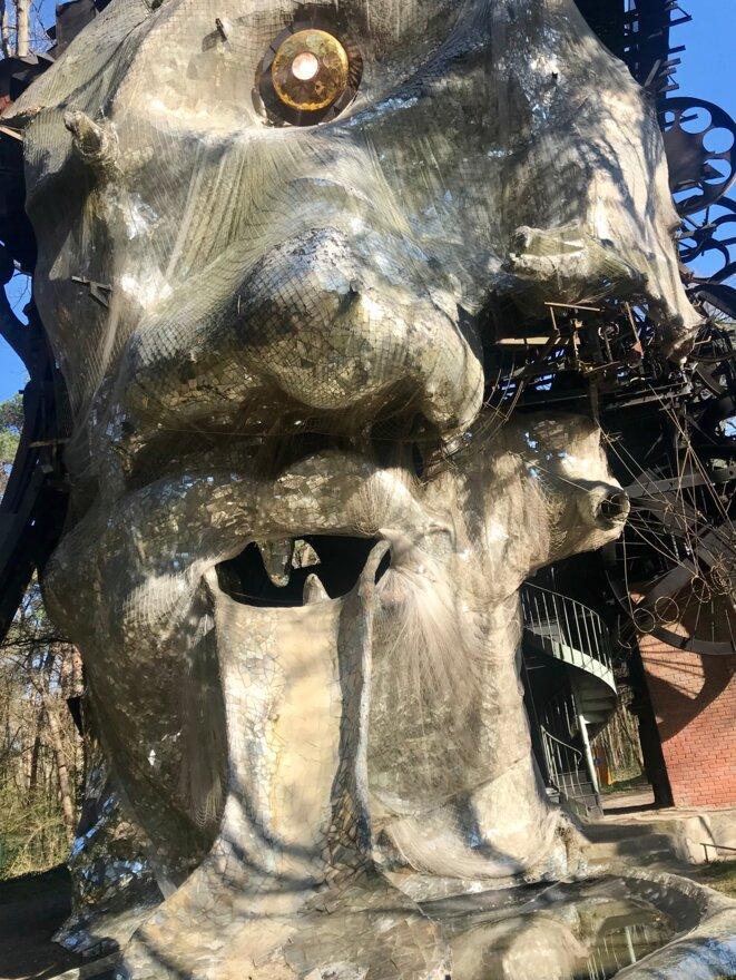 Face aux miroirs (déposée) de Niki de Saint Phalle, Méta Maxi - Le Cyclop de Jean Tinguely - Association Le Cyclop - CNAP © Guillaume Lasserre