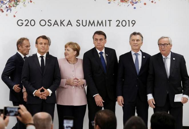 Emmanuel Macron, la chancelière allemande Angela Merkel, les présidents brésilien Jair Bolsonaro, argentin Mauricio Macri et de la Commission européenne Jean-Claude Juncker le 29 juin à Osaka, au Japon. © REUTERS/Jorge Silva