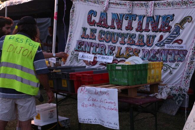 Plusieurs groupes locaux de gilets jaunes se sont associés avec des cantines solidaires, comme celle de la Tannerie et le groupe de Dijon. © MG