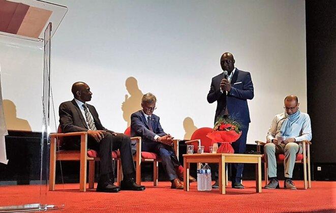 Cérémonie du 29 juin -Debout, le journaliste Louis Magloire Keumayou
