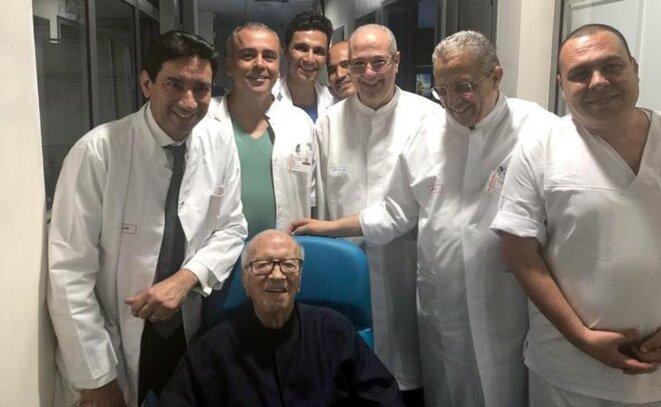 Béji Caïd Essebsi le 1er juillet, entouré du personnel de l'hôpital. © Reuters