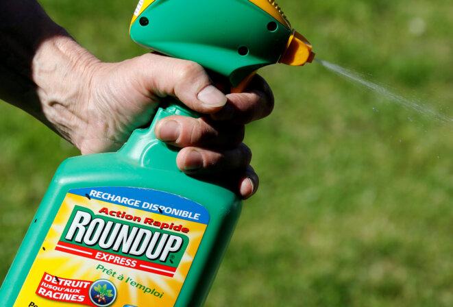 Un utilisateur de Roundup, produit vedette de Monsanto à base de glyphosate, à Bordeaux en juin 2019. © Reuters