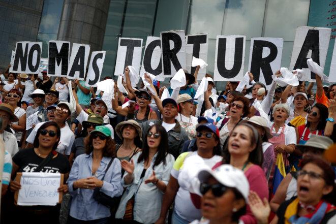 Manifestation à Caracas ce 5 juillet 2019, jour anniversaire de l'indépendance du Venezuela, avec des slogans demandant la fin à la torture. © Reuters