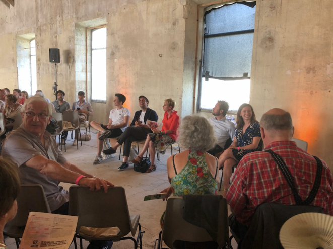 L'insoumise Clémentine Autain, le socialiste Boris Vallaud, et la hamoniste Roxanne Lundy, lors d'un débat sur l'utilité des partis politiques.