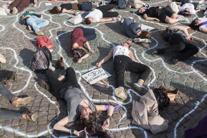 Devant le Panthéon, le collectif féministe « On arrête toutes » a restitué le 20 juin 2019 le scénario macabre des 66 féminicides perpétrés en France depuis le début de l'année 2019. © Pierre Michel Jean