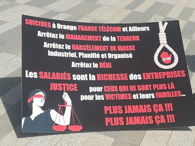 Sur le parvis du tribunal de grande instance de Paris, le 11 juillet, dernier jour du procès France Télécom. © D.I.