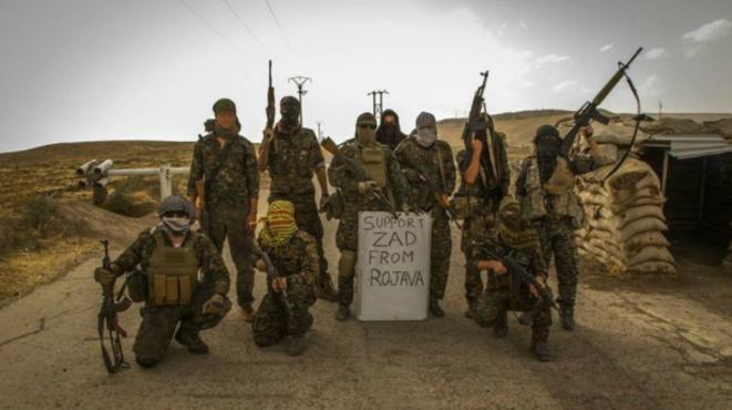 Des militaires kurdes et des militants français en soutien de la ZAD de Notre-Dame-des-Landes. © DR