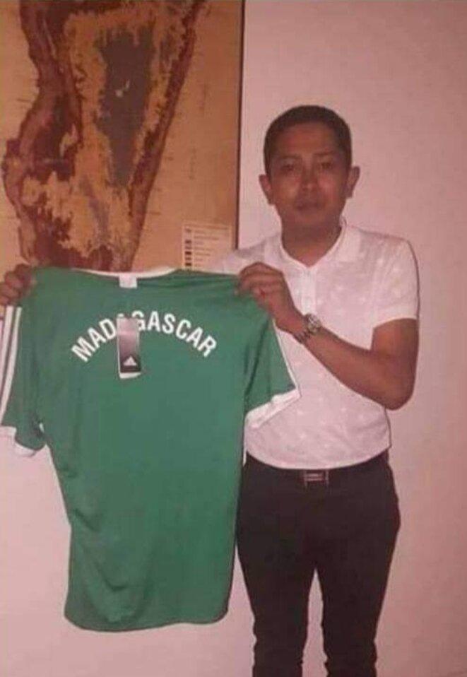 Actuellement en prison, Mbola Rajaonah une personalité qui dérange A.Rajoelina et consorts, son consortium de média incendié par ses propres et traîtres collaborateurs missionés par le camp d'en face, il aidait le sport malgache, il était vu au basket-ball, au football...aux divers carnaval et d'autres événements sportifs.
